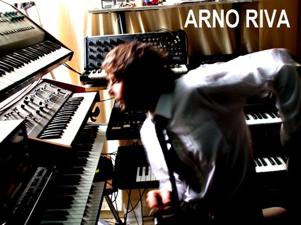 Arno Riva plays with synth
